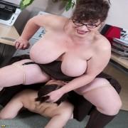 Big titted mature slut doing a hot babe